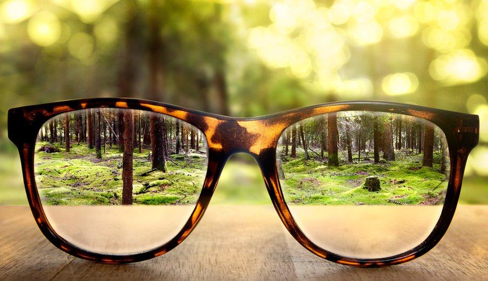 Durch das Brillenglas ist das Bild scharf, ähnlich wie bei innerer Klarheit