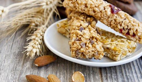 Für ein gesundes Immunsystem: Müsliriegel, Getreideähre oder Mandeln