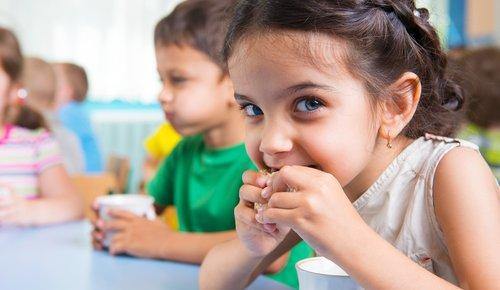 Kind isst gesunden Snack für Zwischendurch