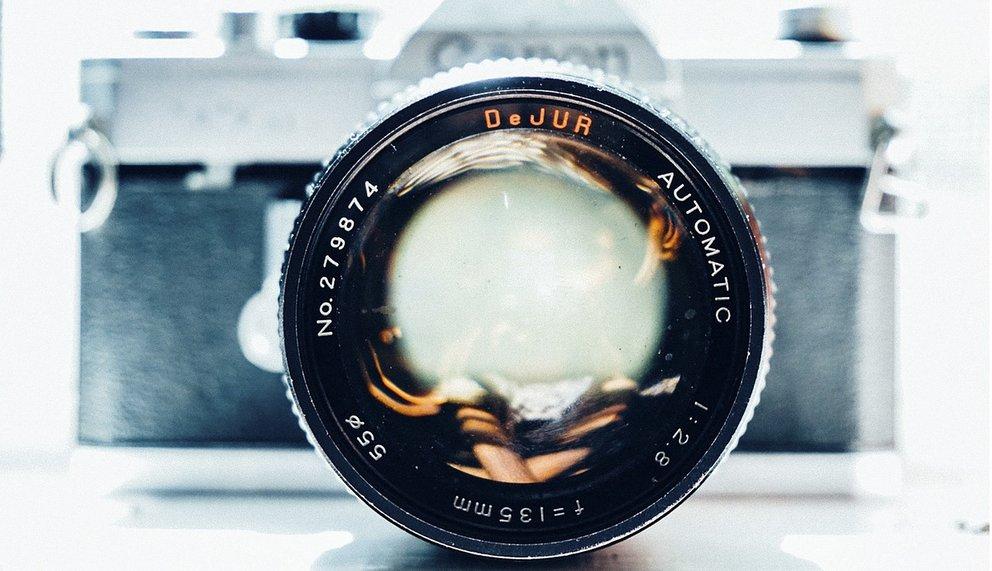 Eine Kamera mit konzentriertem Fokus