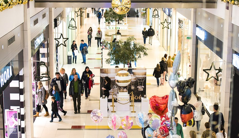 People maunder in a huge shopping mall and looking for Christmas gifts