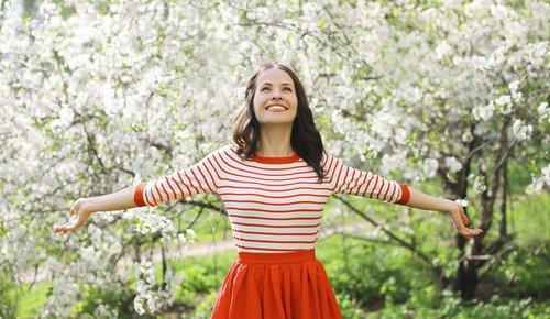 Frau stellt sich auf das Entschlacken und Yoga im Frühjahr ein