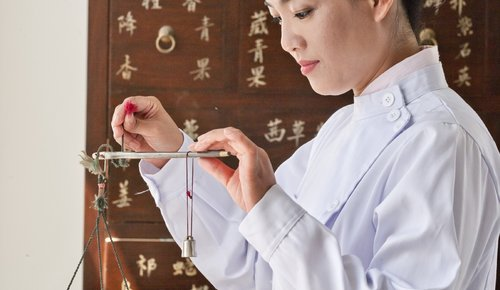 Traditionelle Chinesische Medizin wird von einer Therapeutin praktiziert
