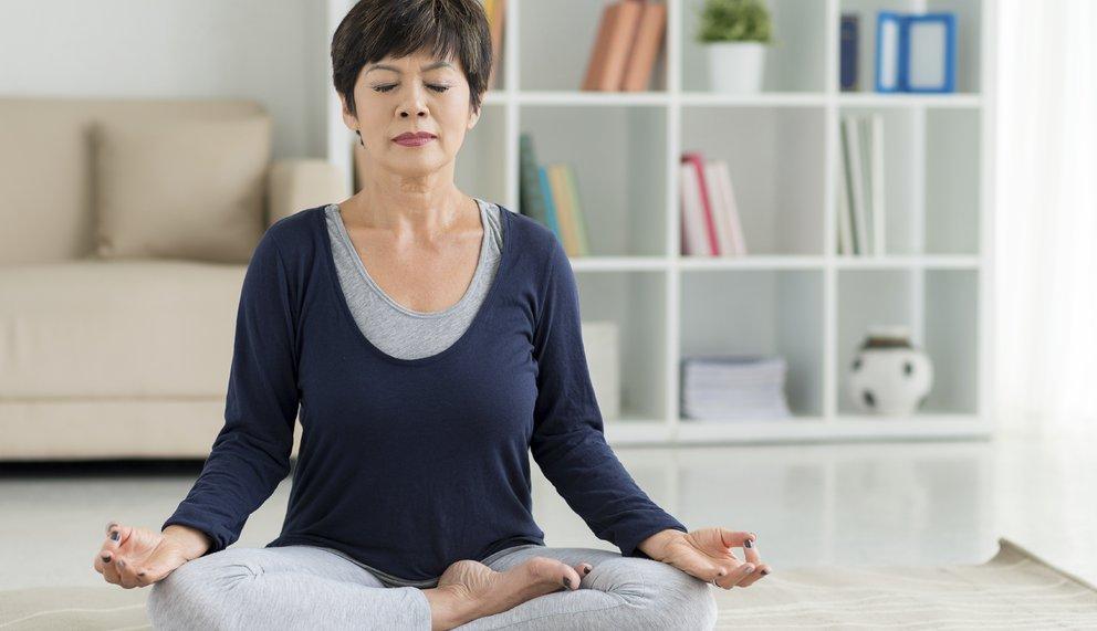 Frau hat keinen Dauerstress mehr, weil sie meditiert