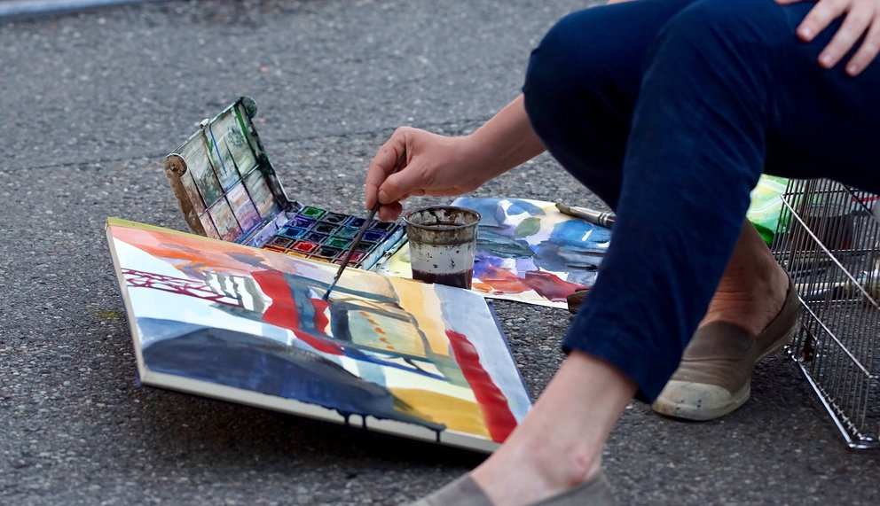 Ein Bild liegt auf der Strasse und wird gemalt