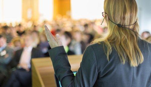 Eine Rednerin, deren Erfolg im Kopf beginnt, hält Vortrag