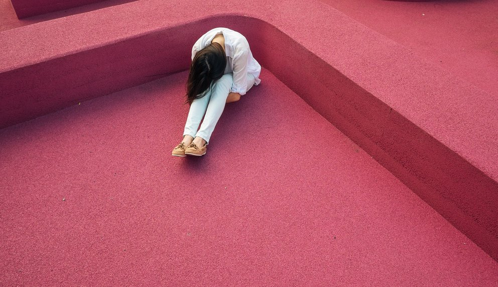 Eine Frau leidet nach Schleumatrauma