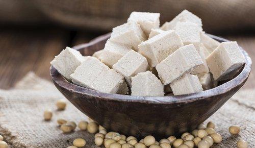 Gesundes Tofu, köstlich in einer Schale serviert