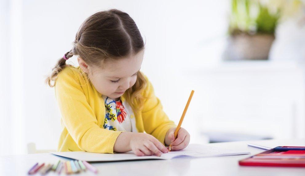 Mädchen schreibt trotz Aufmerksamkeitsstörung