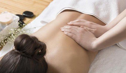 Frau bei einer Rückenmassage
