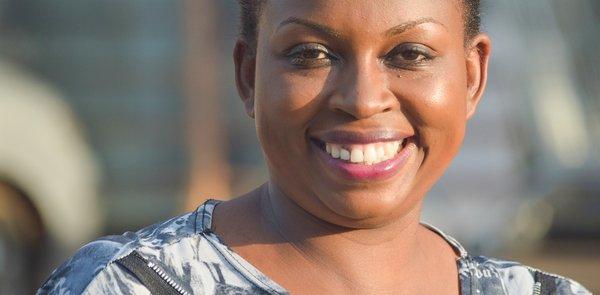 Eine Frau lächelt glücklich in die Kamera