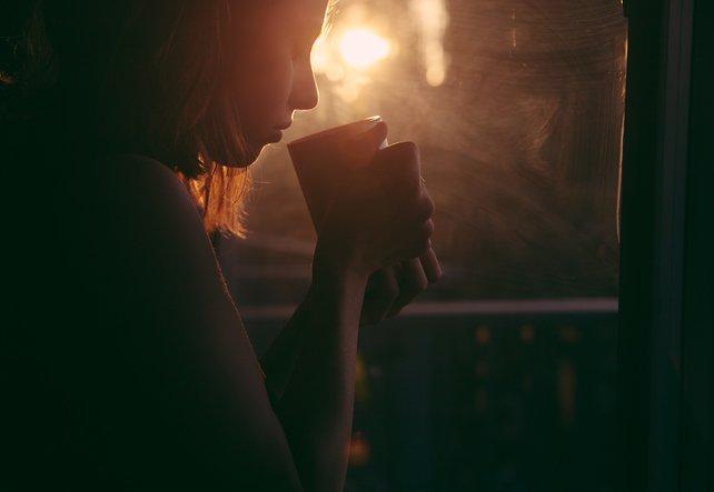 Frau mit Depression am Fenster