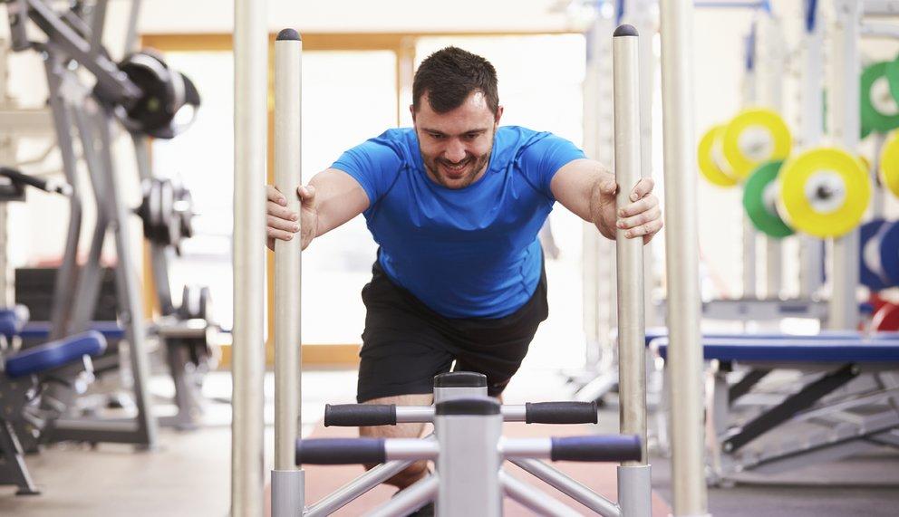 Ein Mann führt eine Kraftübung für den Muskelaufbau durch.