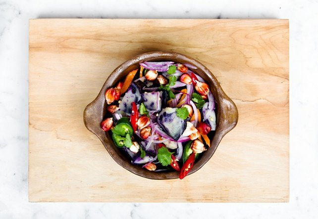Ein veganes Gericht in einer braunen Schüssel, von oben betrachtet