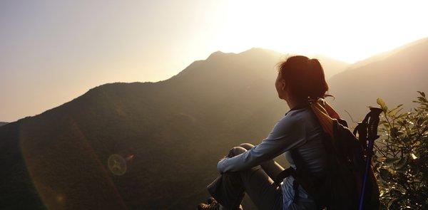 Eine Frau, die ihre Innere Ruhe gefunden hat und dem dauernden Stress entkommen ist