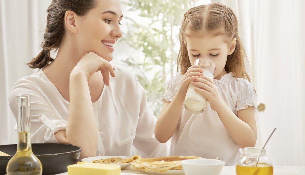 Der Milchgenuss kann bei einer Laktoseintoleranz oder Milchallergie Probleme verursachen.