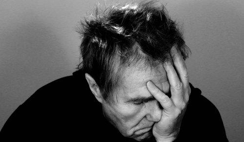 Ein Mann mit Kopfschmerzen durch Migräne