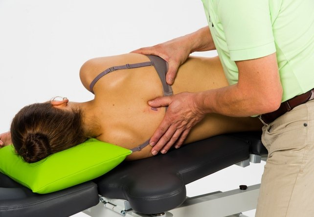 FOI Therapeut bei der Manuellen Therapie