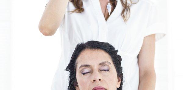 Frau in tiefer Trance wird hypnotisiert
