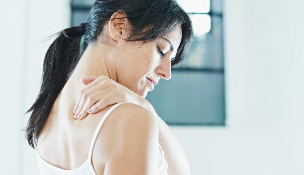Entspannte Frau bei der Massage wegen einer Verspannung