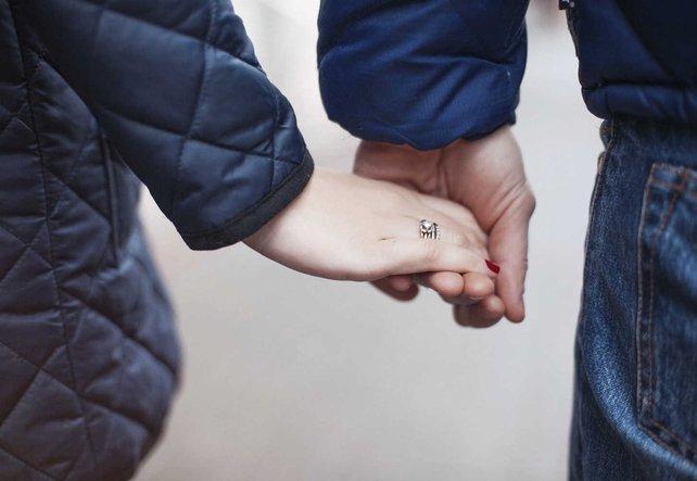 Eine Frau und ein Mann lächeln sich verliebt an