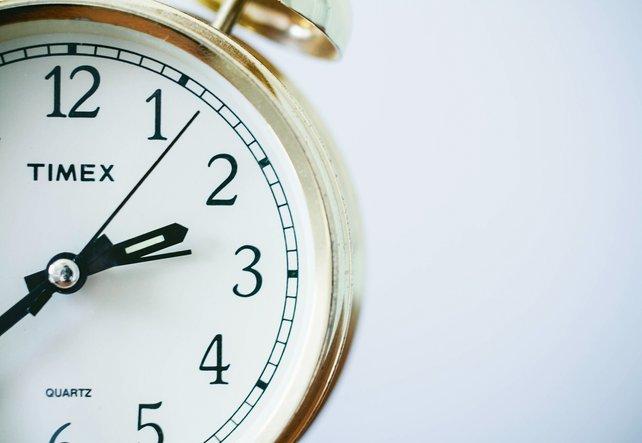 Eine eher altmodisch wirkende Uhr, nur halb auf dem Foto zu sehen.